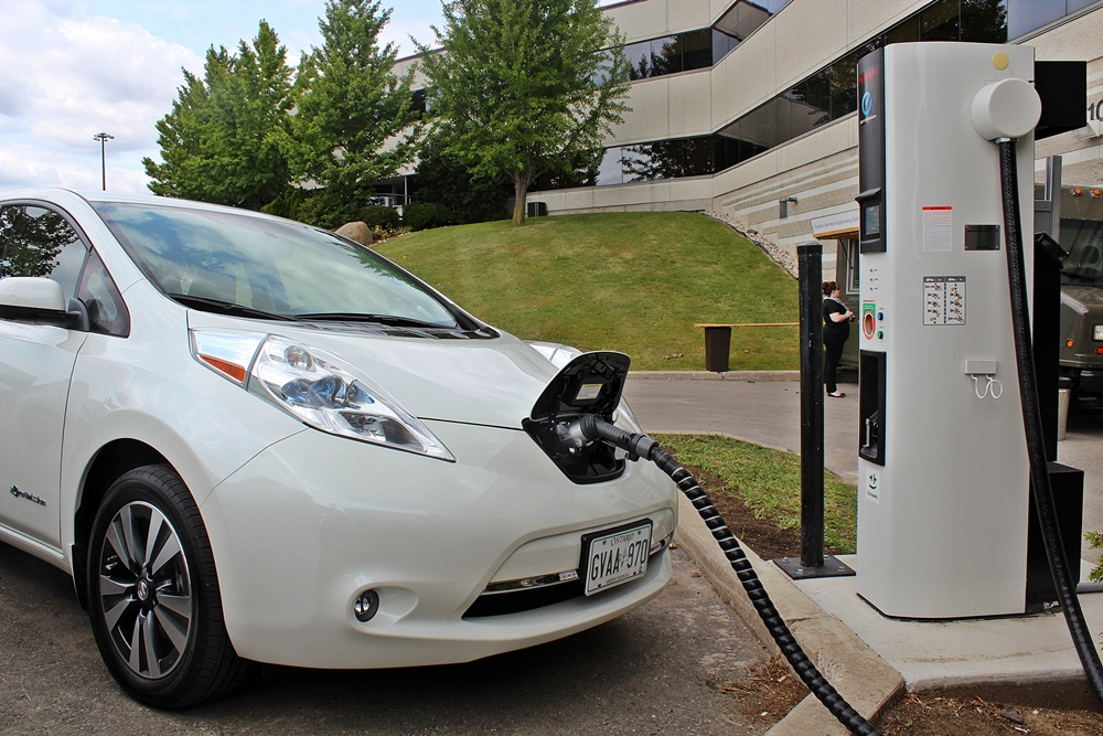 2015 nissan leaf adds new connectivity features. Black Bedroom Furniture Sets. Home Design Ideas